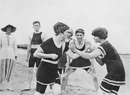 Frauen boxen am Strand, 1920. Quelle: http://flysongbird.blogspot.com/