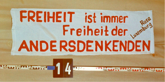 Beschlagnahmtes Transparent von der Liebknecht-Luxemburg Demonstration am 17. Januar 1988 in Ost-Berlin.
